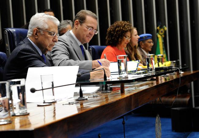 Presidente do Senado, Renan Calheiros (PMDB-AL), promulga em sessão solene mudança na Constituição para permitir idenização aos Soldados da Borracha. Foto: Jane Araújo