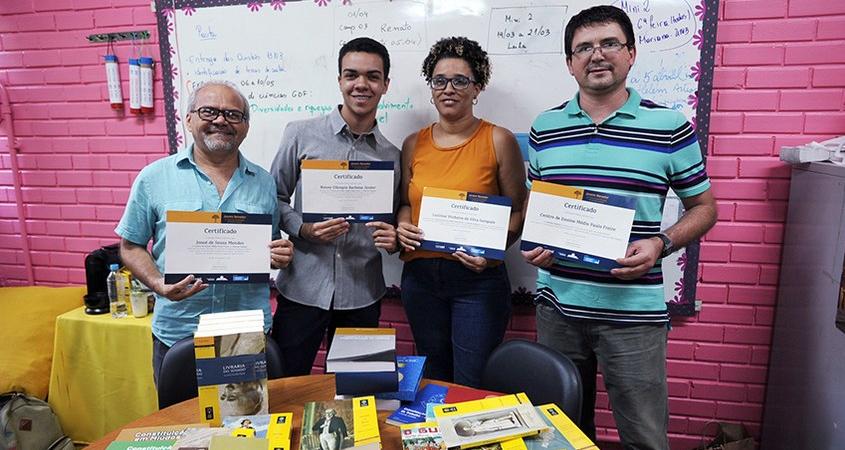 Josué Mendes, vice-diretor do Centro de Ensino Médio Paulo Freire; Roney Júnior, estudante; professora Lucimar Sampaio; e Mauro Tarachuk, diretor da escola