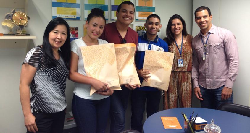 Foto, da esq. para a dir.: Márcia Yamaguti, coordenadora do projeto; os jovens Noemi (DF), Ricardo (SE) e Lucas (AP); e os membros da equipe organizadora Amana Veloso e Daniel Pinto.