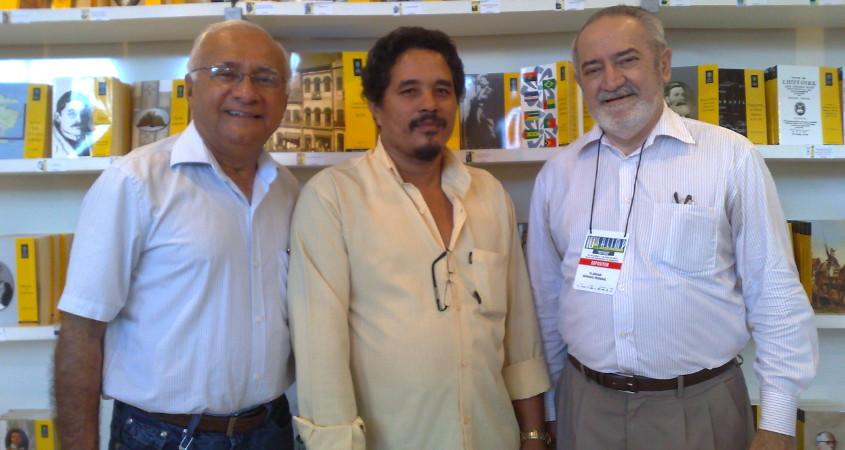 Da esq. para dir.: Agostinho Noleto, Orlando Silva e Florian Madruga (diretor da Gráfica do Senado) no estande do Senado Federal