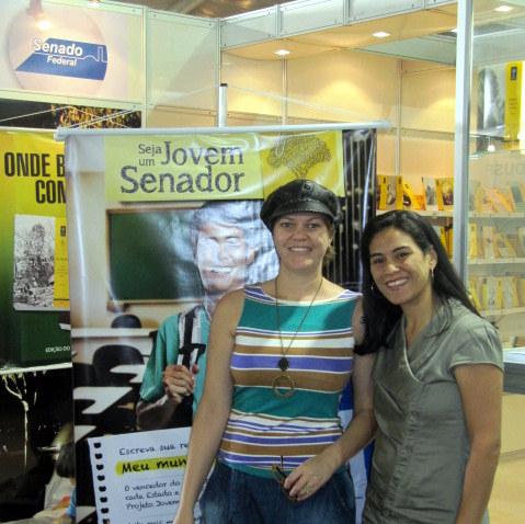 Caroline Cardoso (E) e Tatiana Perna no estande do Senado Federal