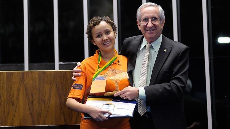 Júlio Gregório, Secretário de Educação do DF, entrega o troféu da Jovem Senadora Isabelle