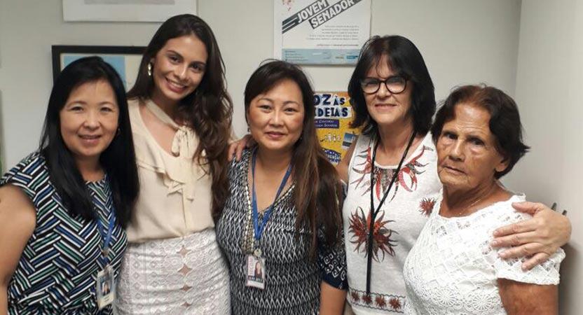 Da esq. para a dir.: Márcia Yamaguti, coordenadora do projeto; Nathalia Janones (MT), Rosemari, membro da equipe organizadora, tia e avó da Jovem Senadora