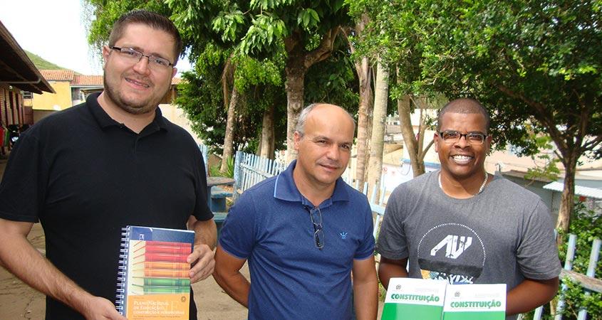 Da esquerda para a direita, Sec. de Educação Rodrigo Carvalho, Prefeito Abílio Franchini e Diretor Hermes Barbosa