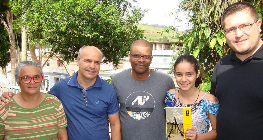 Da esquerda para a direita, mãe da aluna Maria das Graças, Prefeito Abílio Franchini, Diretor Hermes Barbosa, Maria das Graças - aluna vencedora do JS2017 na cidade de Fervedouro, Sec. de Educação Rodrigo Carvalho