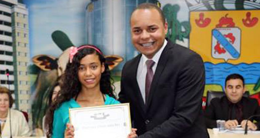 Carlos Henrique entrega o Prêmio Aluno Nota 10 para a aluna Ivanise Santos Silva