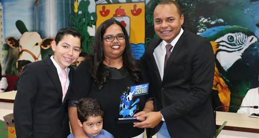 Jovem Senador Carlos Henrique entrega o Prêmio Jovem Brilhante para a aluna Silvaneide Cruvinel