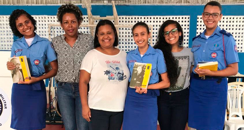 Débora Callender (a esquerda) da Secretaria de Educação de Pernambuco, Professora Juliana de Paula (ao centro) e Julia Leone, acompanhadas das alunas do Colégio da Polícia Militar de Pernambuco.