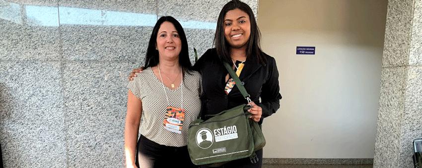 A coordenadora Vanessa de Almeida acompanha Rackel Resende no Parlamento Jovem Brasileiro