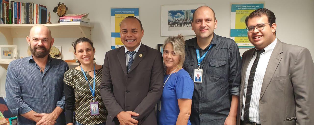 Carlos Henrique dos Santos Justino (terceiro da esquerda para direita), presidente da Mesa Jovem em 2014, visita a equipe do Jovem Senador em Brasília.