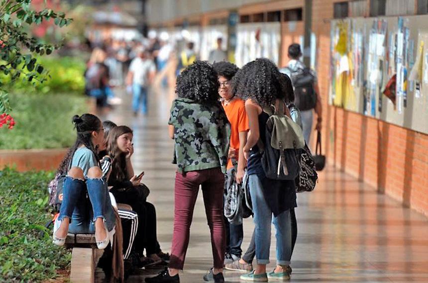 Alunos nos corredores da Universidade de Brasília: provas do Enem são usadas para acesso ao ensino superior