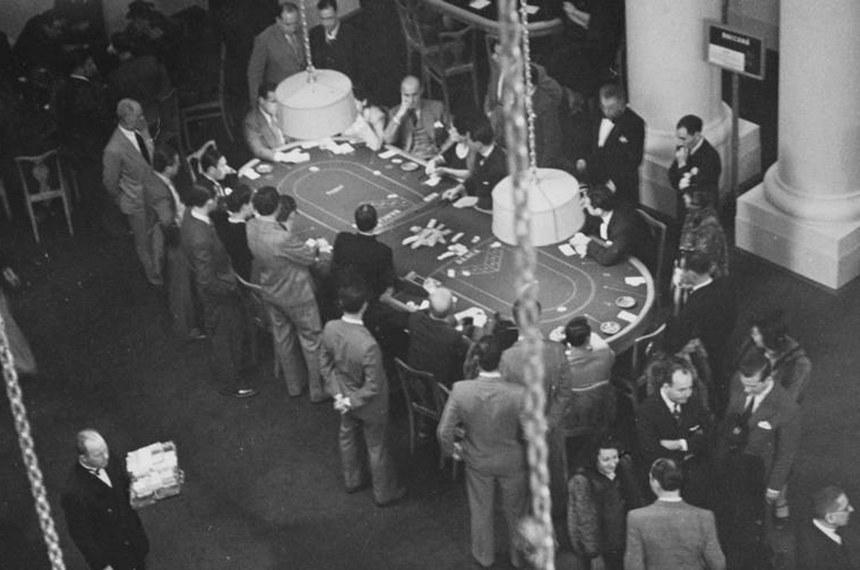 Jogadores apostam suas fichas num cassino do Rio: os jogos de azar tiveram vida curta no Brasil, permitidos entre 1920 e 1946