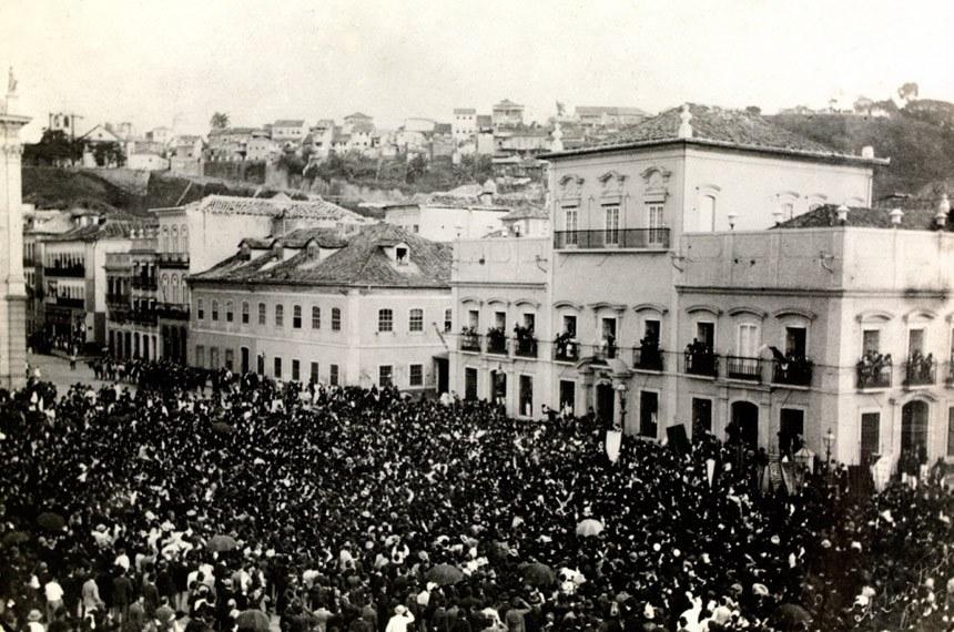 A princesa Isabel surge num dos balcões do Paço da Cidade e é aplaudida pela multidão logo depois de sancionar a Lei Áurea