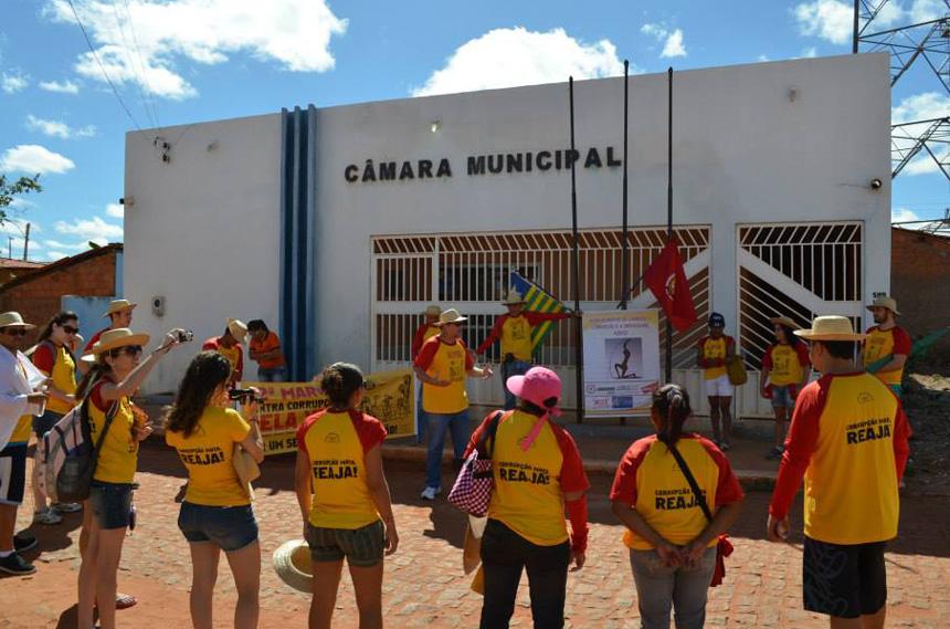 Força-Tarefa Popular realiza manifestação junto a uma câmara municipal