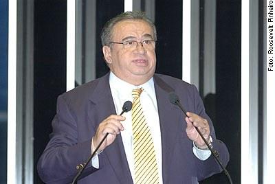 [Foto: Senador Heráclito Fortes (PFL-PI), em discurso na tribuna do Senado]