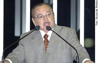 [Foto: Senador Gilberto Mestrinho (PMDB-AM) , em discurso na tribuna do Senado]