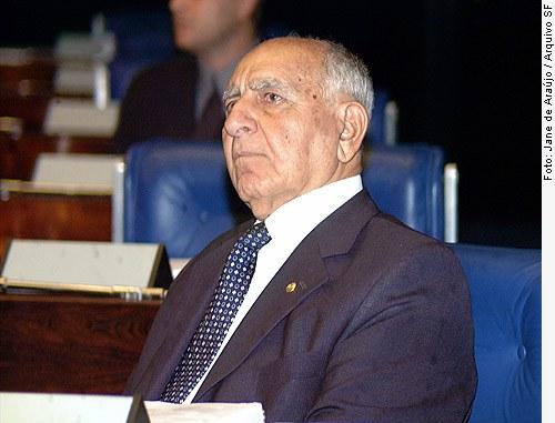 [O ex-senador Jorge Kalume durante sessão especial em homenagem ao Dia Nacional do Líbano no Plenário do Senado, em 21/11/2002. (Foto: Jane de Araújo)]