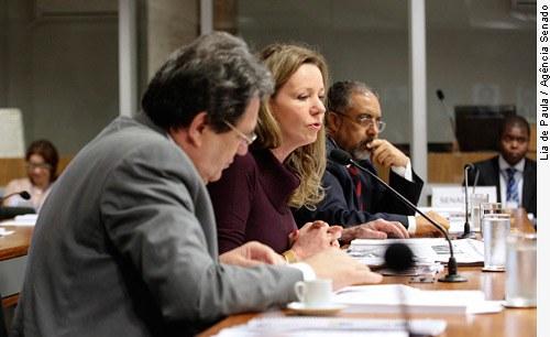 [Senadora Vanessa Grazziotin (c), entre Waldemir Moka e páulo Paim.]