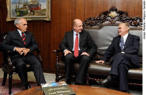 [O presidente do Senado, José Sarneycom o presidente do Tribunal de Contas da União (TCU), Benjamin Zymler (d) e Raimundo Carreiro, ministro do TCU. ]