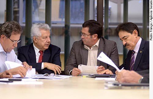 [No centro, relator-geral do Orçamento 2012, deputado Arlindo Chinaglia (PT-SP), e o presidente da Comissão de Orçamento, senador Vital do Rêgo (PMDB-PB).]