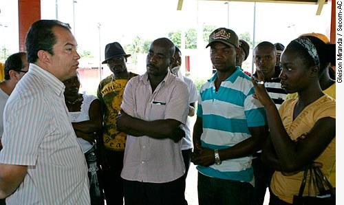 [Secretário de Justiça e Direitos Humanos do Acre faz reunião com os refugiados haitianos e anuncia medidas (Foto: Gleilson Miranda/Secom) ]