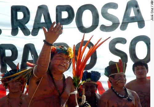 [Índios de Roraima se manifestam em 2008, na véspera do julgamento do Supremo Tribunal Federal sobre a demarcação da reserva Raposa Serra do Sol]