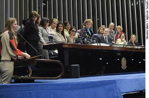 Senadoras e deputadas se solidarizaram com Mara Rúbia, de óculos escuros, no Plenário do Senado (Foto: Moreira Mariz/ Agência Senado)