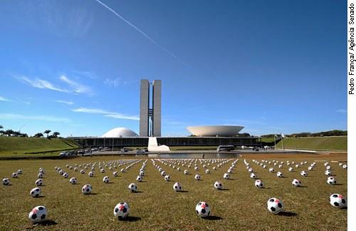 ONG Rio de Paz usa bolas com cruzes vermelhas para simbolizar as mortes violentas no país