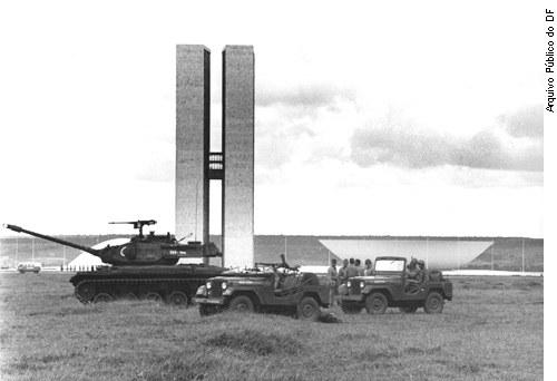 Tanques do Exército em frente ao Congresso, após o golpe, em data indeterminada de 1964