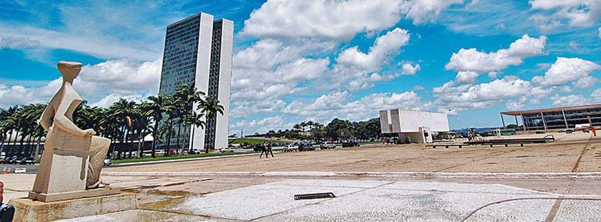 A Praça dos Três Poderes, em Brasília, representa o equilíbrio entre o Judiciário (E),  o Legislativo (Congresso) e o Executivo (D)