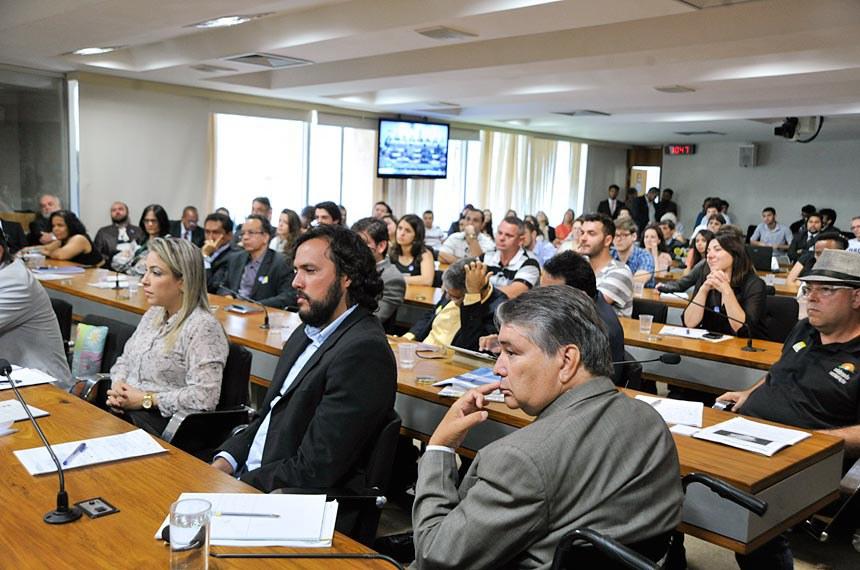 O plenário da CDH voltou a ficar lotado com a presença de pessoas a favor ou contra a liberação do uso da maconha.