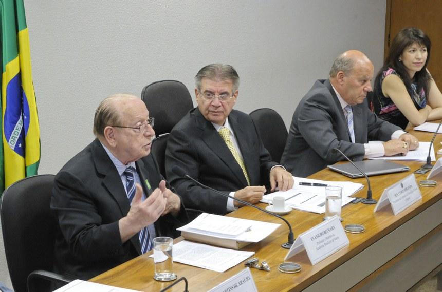 Bechara e Pimentel, com o senador Cyro Miranda ao centro, divergiram em relação a novas mudanças