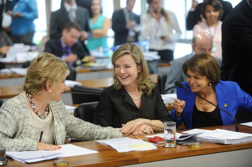 Senadora Gleisi Hoffmann, autora do projeto, entre as senadores Ângela Portela (D), relatora, e Marta Suplicy, na reunião da CCJ