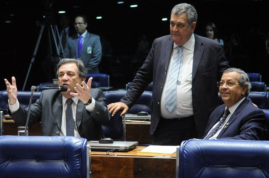 O relator, Jayme Campos, e o autor, deputado Arnaldo Faria de Sá (C), recebem o apoio do senador Waldemir Moka (E)