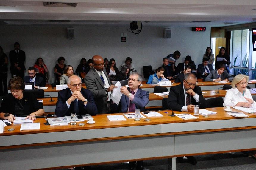 Senador João Vicente Claudino (ao centro na bancada) apresentou substitutivo ao projeto que estabelece novo tipo de jornada de trabalho