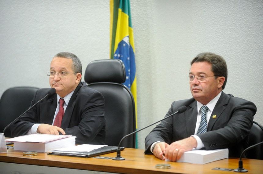 Vital do Rêgo (D), relator na CCJ, ao lado de Pedro Taques, que relatou o texto anteriormente, em comissão especial de senadores