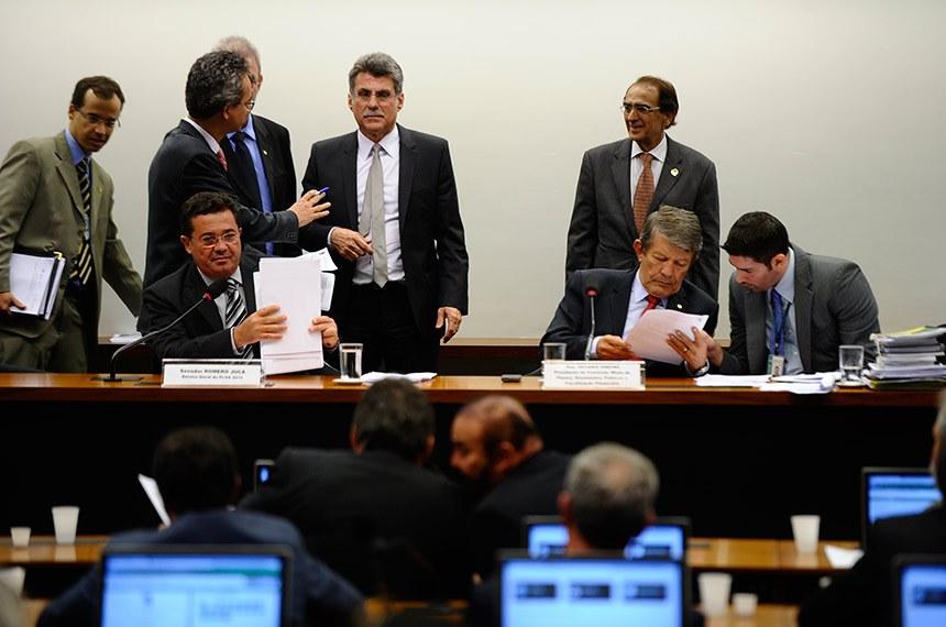 Sentados, o senador Vital do Rego (E), relator da LDO 2015 e o presidente da CMO, deputado Devanir Ribeiro (C), assessorado por um dos consultores de Orçamento da Câmara