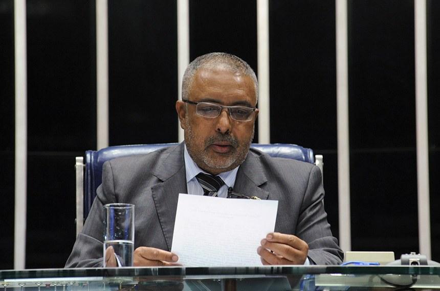 Na presidência da sessão, o senador Paulo Paim faz a leitura do expediente que informa a chegada da MP 658/2014