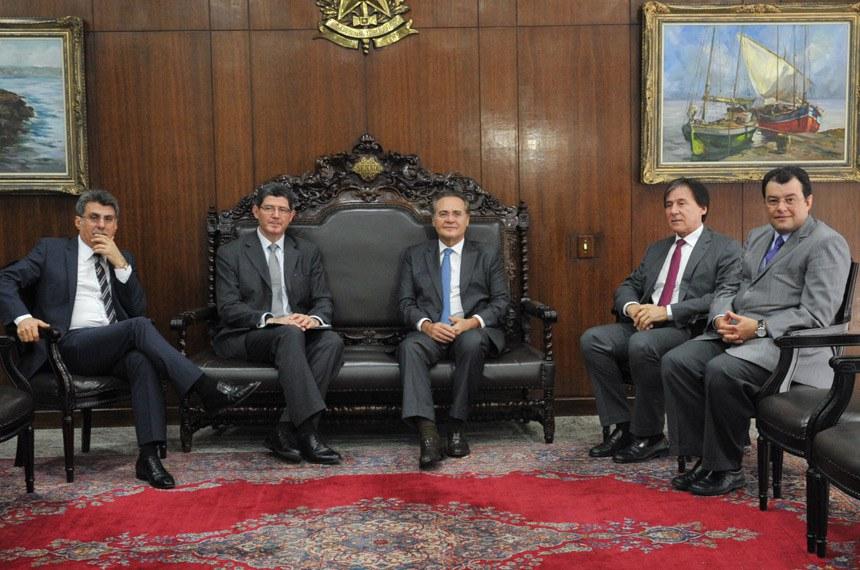 O ministro Joaquim Levy e Renan Calheiros, acompanhados dos senadores Romero Jucá e Eunício Oliveira, além do ministro de Minas e Energia, Eduardo Braga