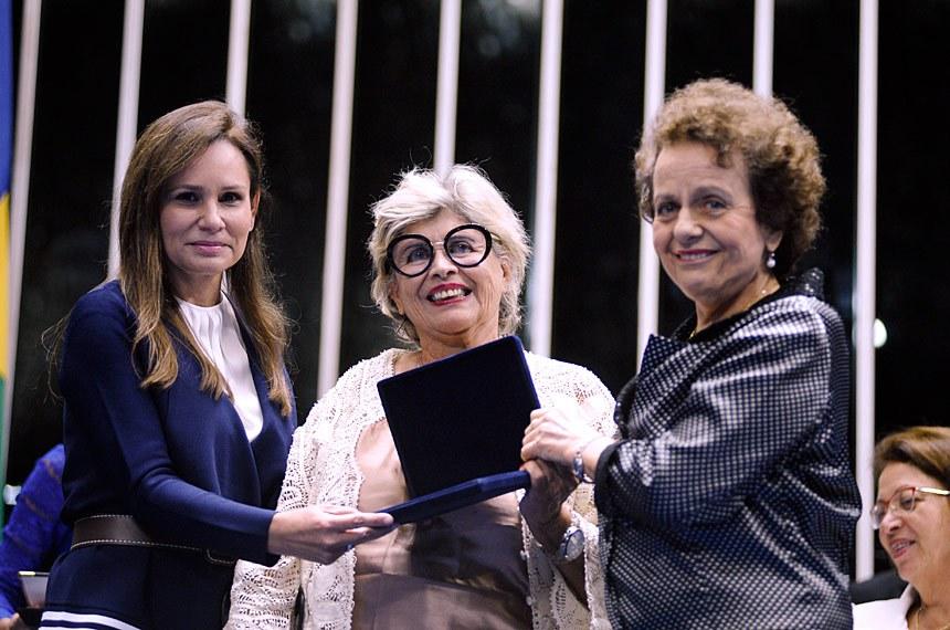 A pesquisadora Mary Garcia Castro recebe o diploma da senadora Sandra Braga (PMDB-AM) e da ministra-chefe da Secretaria de Políticas para as Mulheres, Eleonora Menicucci