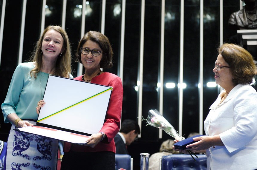 A senadora Vanessa Grazziottin e a ministra da Secretaria de Direitos Humanos, Ideli Salvatti, entregam o diploma a Clara Araújo, primeira brasileira a presidir a UNE
