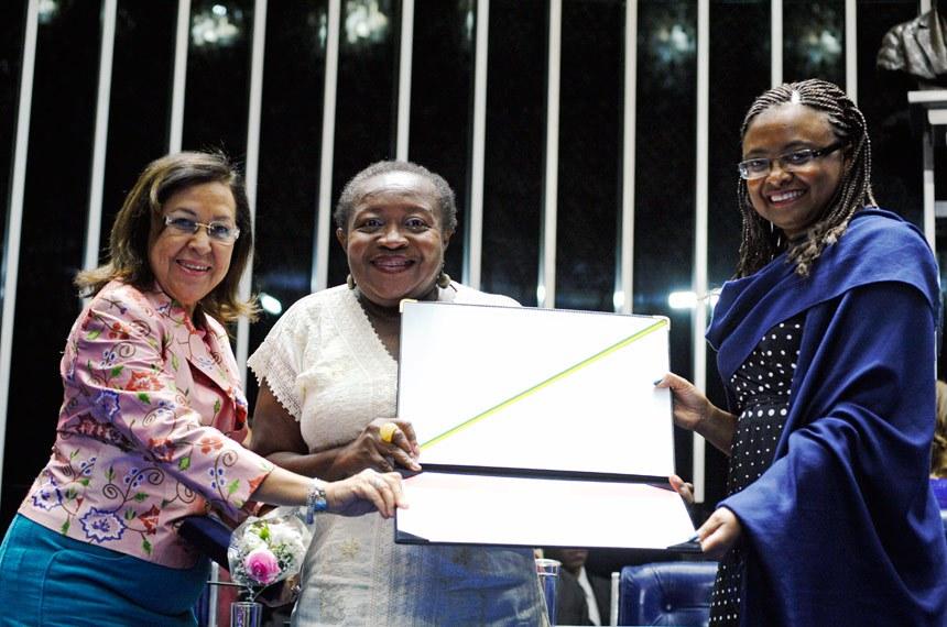 Presidente da Federação Nacional das Empregadas Domésticas, Creuza Maria Oliveira recebeu o diploma das mãos da senadora Lídice da Mata (PSB-BA) e da ministra da Secretaria de Políticas de Promoção da Igualdade Racial, Nilma Lino
