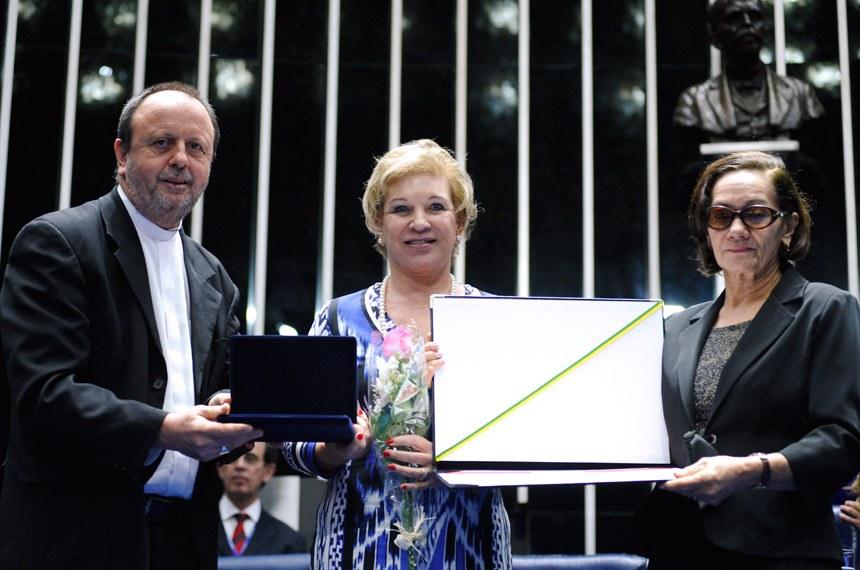 A educadora Ivanilda Pinheiro Salucci teve o diploma entregue pela senadora Marta Suplicy (PT-SP)