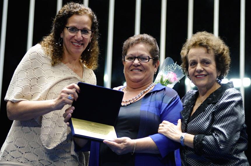 Claudinéa Bonafé dos Sandos (ao centro) recebeu o prêmio concedido in memoriam, a sua filha, a psicóloga Débora Martins Bonafé dos Santos, fundadora da ONG SOS Mulher e Família de Taubaté