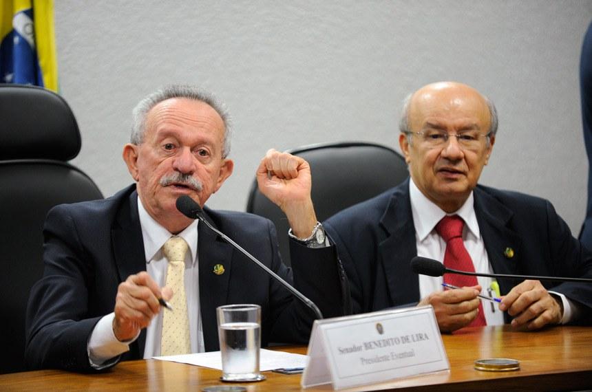 Os senadores Benedito de Lira e José Pimentel, na reunião que instalou a comissão mista que analisará a MP 664/2014, uma das mais importantes do ajuste fiscal