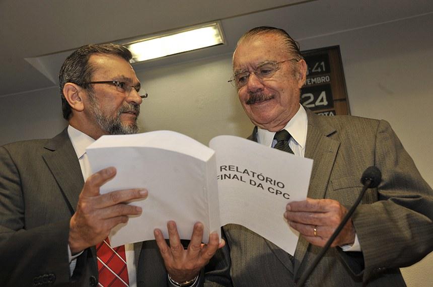 José Sarney (D), que propôs atualização do CPC, recebe do então senador Valter Pereira, em 2010, versão inicial