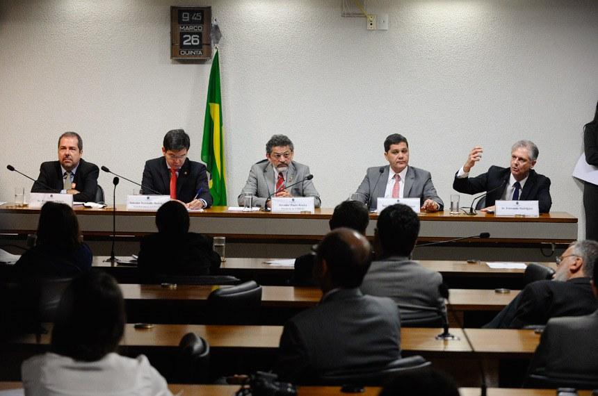 Na reunião da CPI nesta quinta (26), a partir da esquerda: Francisco Otávio, Randolfe, Paulo Rocha, Ferraço e Fernando Rodrigues