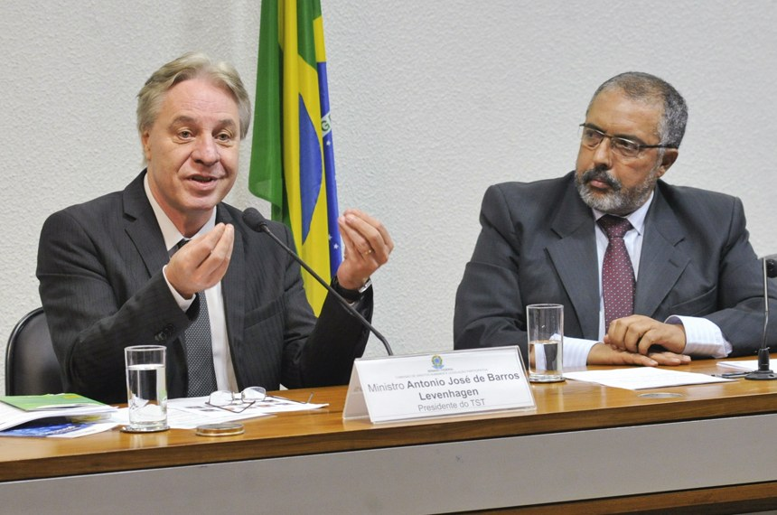 Antonio Jose de Barros Levenhagen, observado pelo presidente da CDH, senador Paulo Paim