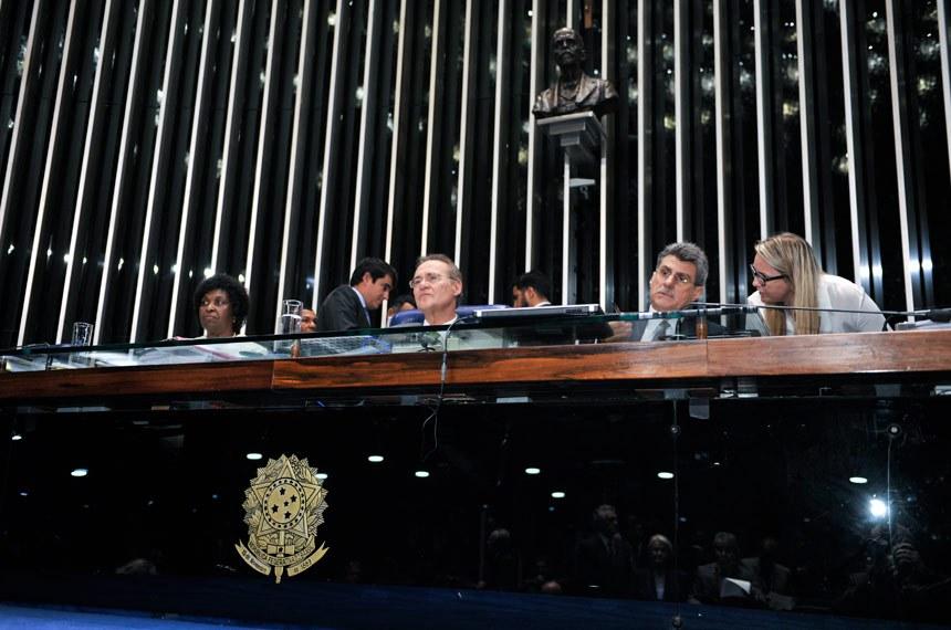 Durante a aprovação, vários senadores homenagearam a deputada Benedita da Silva (PT-RJ), ex-empregada doméstica e relatora do texto na Câmara