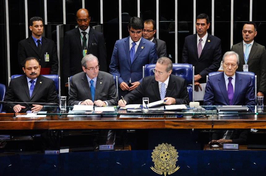 Renan Calheiros (3º à esq.) preside sessão em que o Congresso Nacional promulgou a Emenda 88